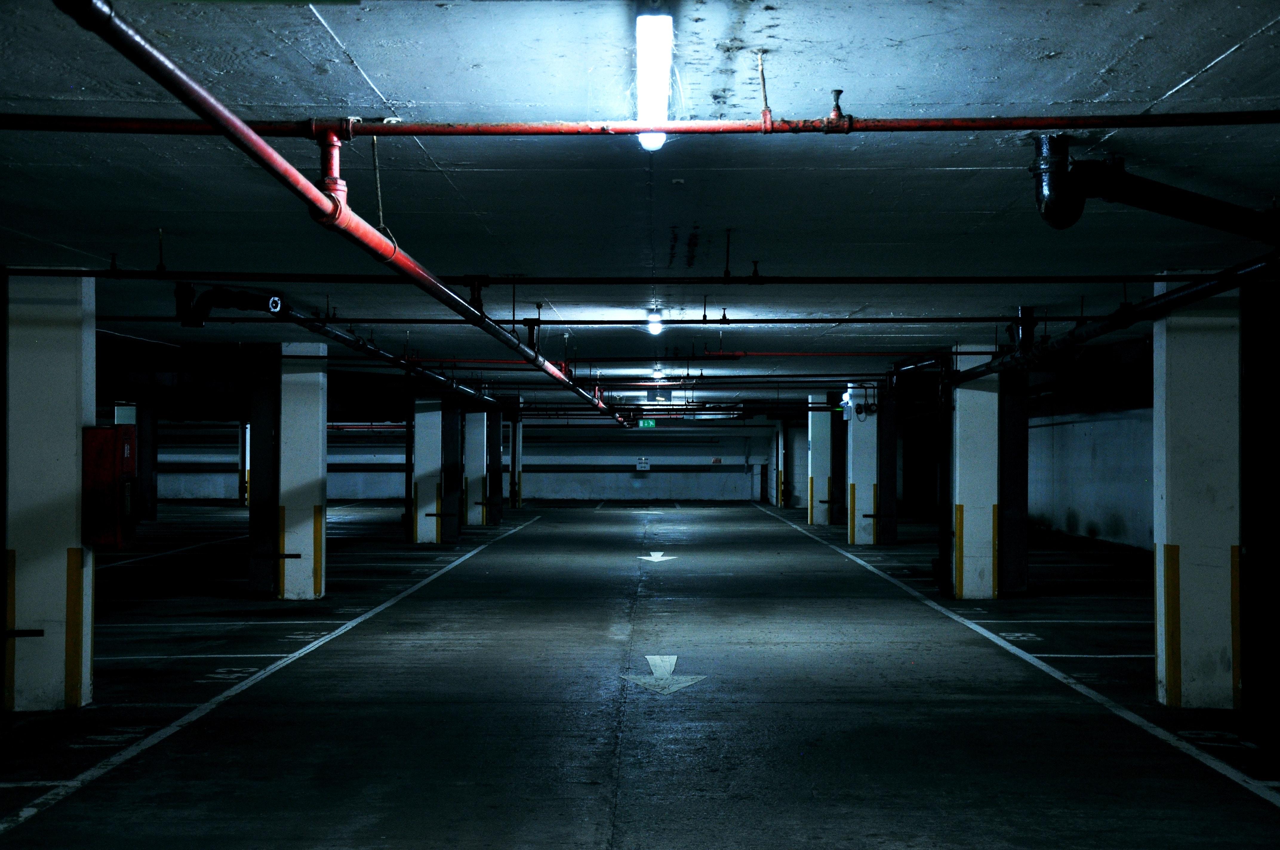Parking sous-terrain sombre