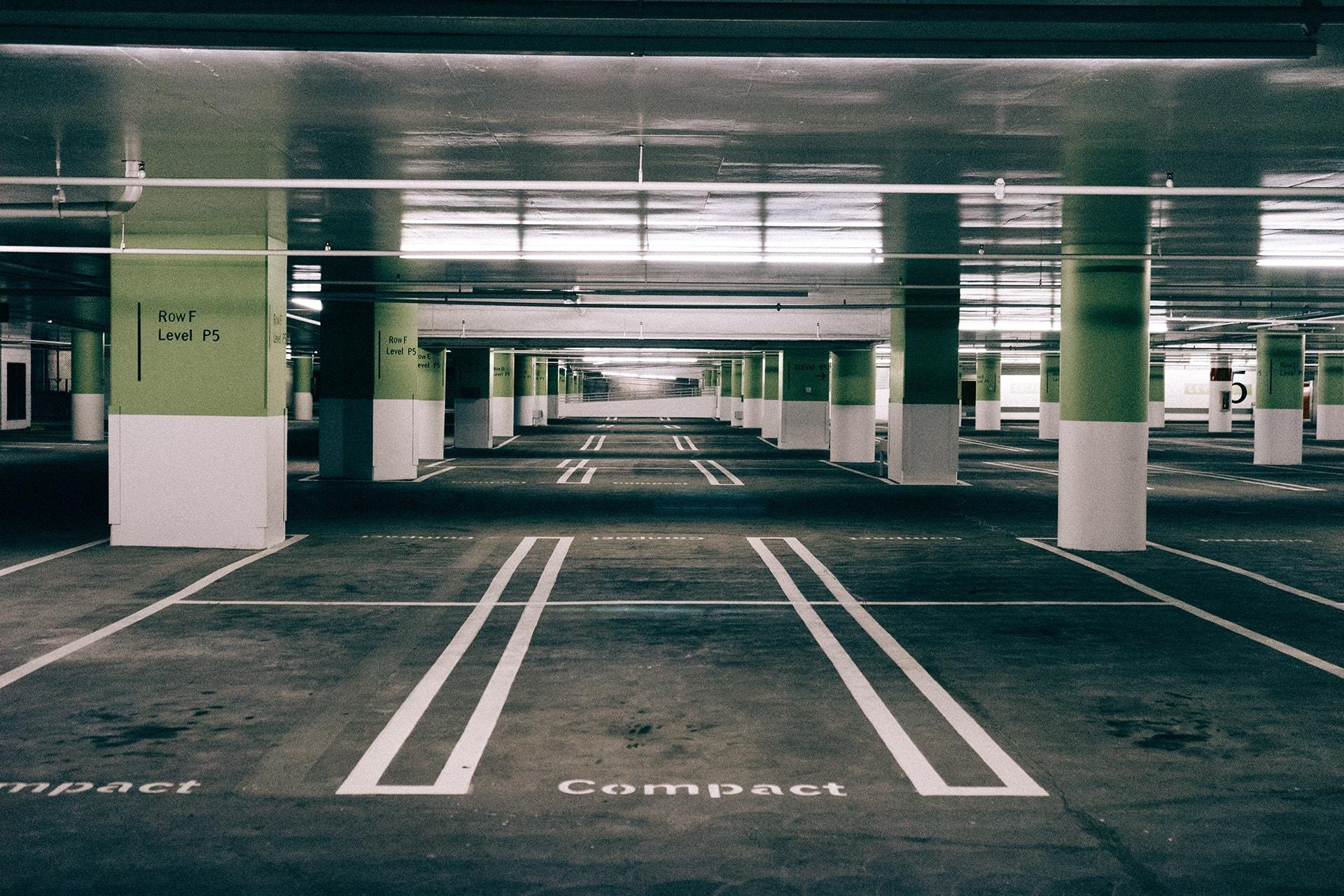 Parking sous-terrain vert et noir